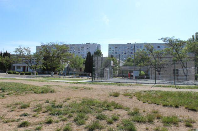 В Севастополе отремонтировали первую из запланированных 31-й школьных спортплощадок