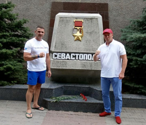 dezppl9mglg 490x420 - Севастополь посетил легенда российского бокса Андрей Гоголев