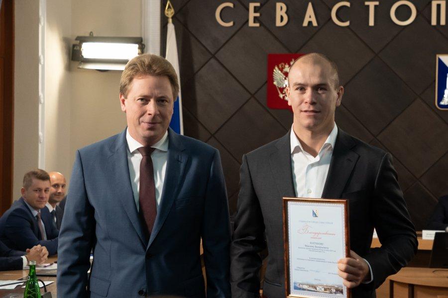 Губернатор Севастополя вручил благодарственные письма севастопольским боксерам Глебу Бакши и Максиму Коптякову